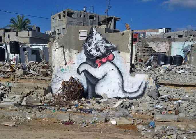 Graffito di Banksy nella Striscia di Gaza: gattino che gioca con un gomitolo di fili di ferro