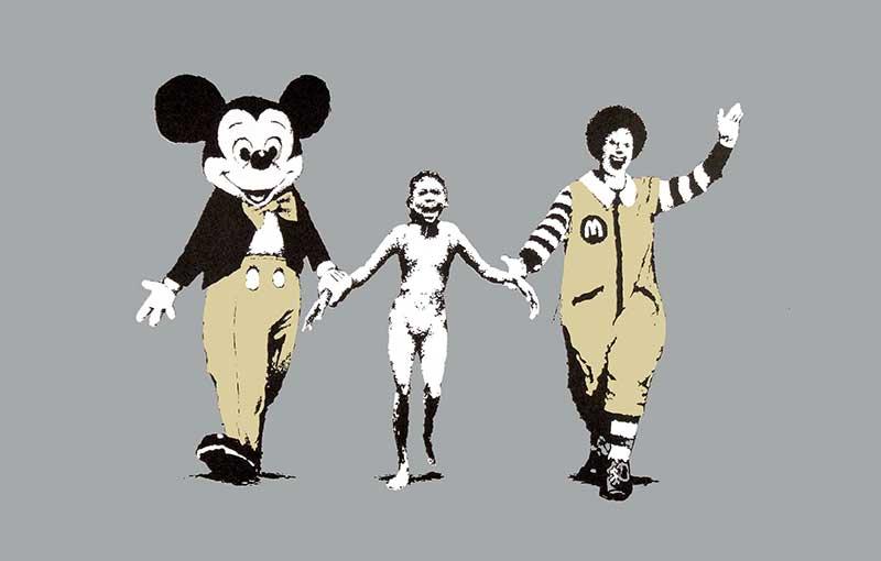 Opera di Banksy: Topolino e il pagliaccio di Mc Donald's che camminano mano nella mano con una bambina malnutrita e disperata