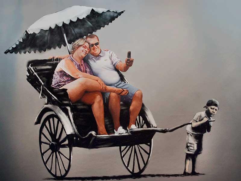 Graffito di Banksy: grassa coppia di turisti che si fa portare sul risciò da un bambino