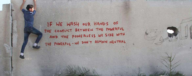 """Banksy: """"Se ci laviamo le mani in un conflitto tra potenti e inermi, stiamo dalla parte dei potenti. Non siamo neutrali"""""""