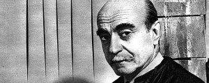Lucio Fontana con una sua tela tagliata
