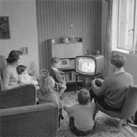 Famiglia davanti alla televisione negli anni '50
