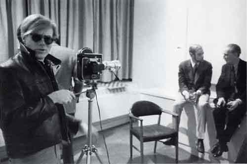 Andy Warhol con la sua telecamera e Marcel Duchamp