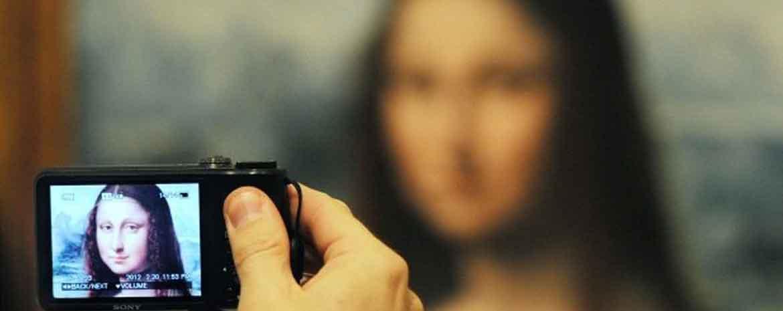Un'opera d'arte vista dall'obiettivo di una macchina fotografica