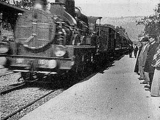 """Fotogramma del film """"L'Arrivée d'un train en gare de La Ciotat"""" dei fratelli Lumière"""