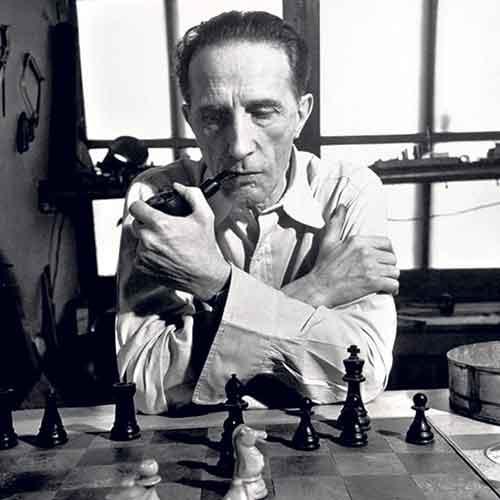 Marcel Duchamp gioca a scacchi con la pipa in bocca
