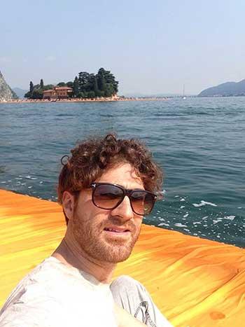 Un selfie su The Floating Piers, la passerella di Christo e Jeanne-Claude, me lo sono fatto anch'io (Nicola Stoia)
