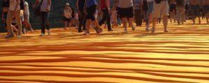 """La camminata su """"The Floating Piers"""", la passerella di Christo sul Lago d'Iseo"""
