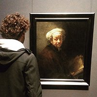 Nicola Stoia davanti a un'autoritratto di Rembrandt
