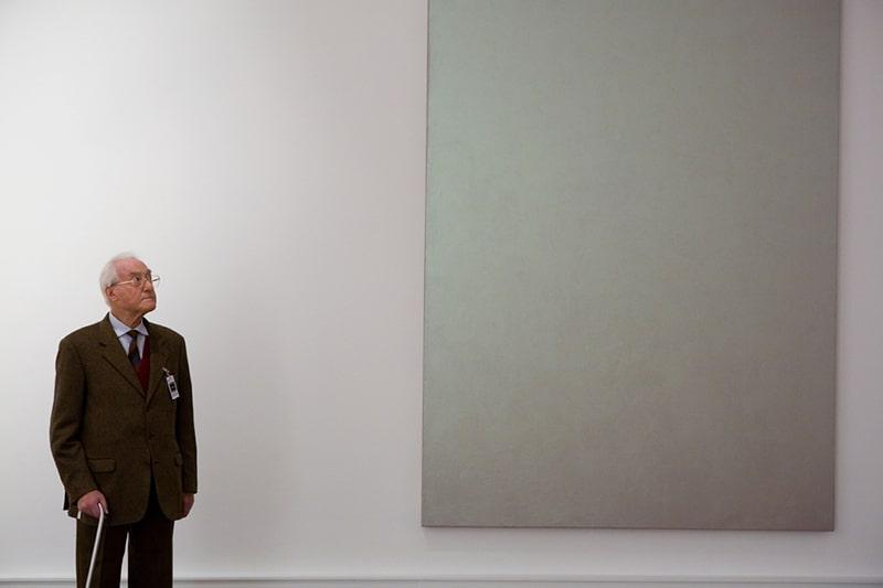 Giuseppe Panza davanti a un'opera di David Simpson