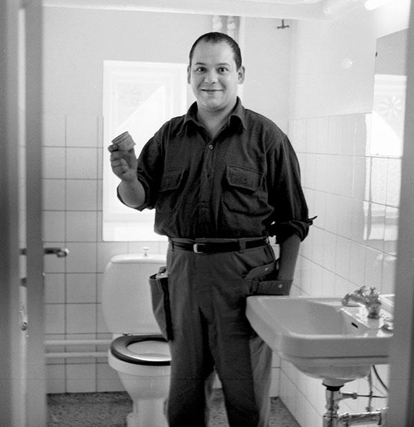 Piero Manzoni in bagno con una sua scatoletta di Merda d'artista