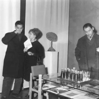 Piero Manzoni, all'inaugurazione della mostra di Yves Klein