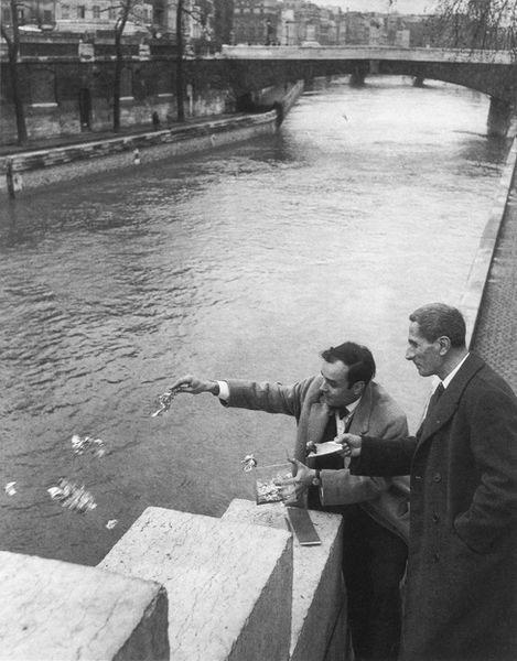 Yves Klein e Dino Buzzanti sulla riva della Senna a Parigi mentre gettano in acqua le foglie d'oro